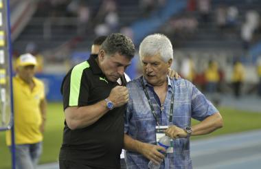 Comesaña dialoga con Luis F. Suárez al final del juego.