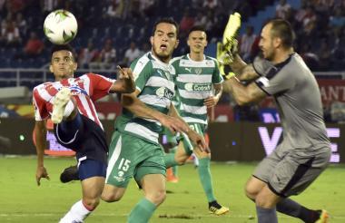 Luis Díaz ante Novoa.