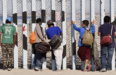Migrantes de varios países intentan atravesar la frontera de Estados Unidos con México.