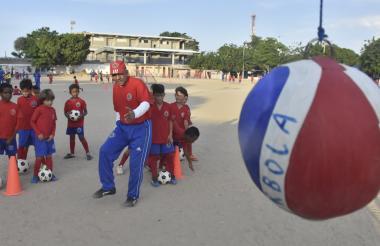 'Toto' Rubio (centro) explica el ejercicio a los jugadores en la popular cancha de arena de Nueva Granada.