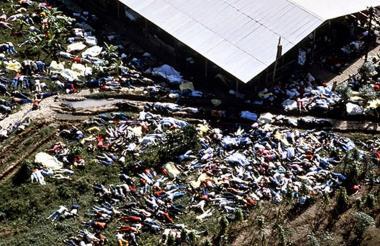 Vista aérea de los cuerpos sin vida a causa del envenenamiento con zumo de uva mezclado con cianuro.