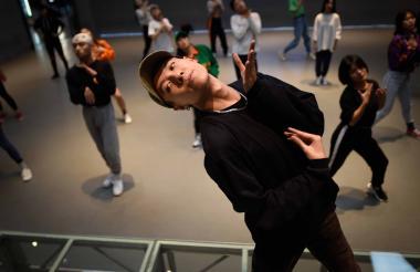 Jóvenes chinos bailan hip hop en una academia.