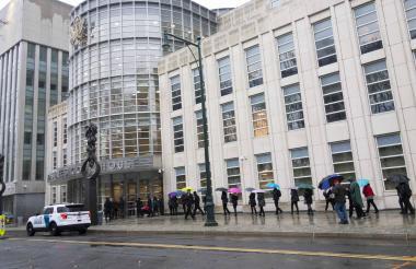 Vista de las afueras de la Corte de Brooklyn donde se efectúa el juicio del ex jefe del Cartel de Sinaloa.