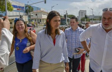 Ministra de Transporte, junto al gerente de Transmetro Ricardo Restrepo.