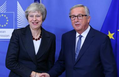 La primera ministra británica, Theresa May, y el presidente de la Comisión Europea, Jean-Claude Juncker.