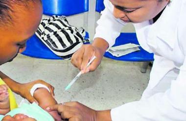 Una niña es vacunada.