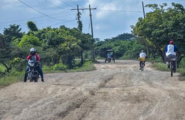 Motocicletas y bicicletas transitan por la vía Sitionuevo-Remolino, jurisdicción del Magdalena.