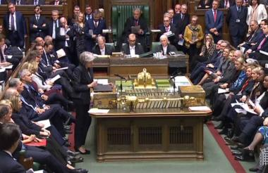 Theresa May, primera ministra británica, finiquita detalles del acuerdo, en la casa común en Londres.