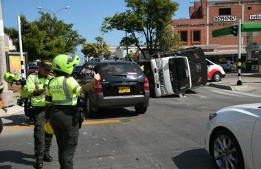El pesado vehículo se volcó tras ser impactado por la ambulancia.