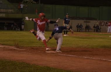 Acción del juego entre Leones y Tigres, en Cartagena.