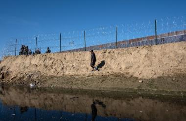 Este domingo unos 500 migrantes intentaron cruzar la valla hacia Estados Unidos y fueron repelidos con gases lacrimógenos y balas de goma.