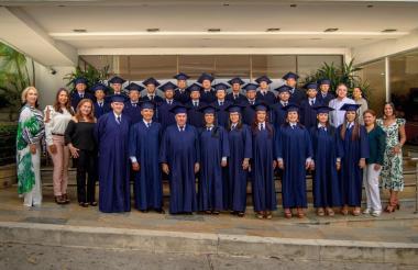 Bachilleres de la novena promoción del programa de Formación para Adultos de Expreso Brasilia.