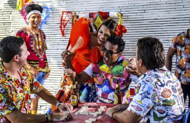La reina del Carnaval, Carolina Segebre, junto al Checo y participantes del video musical 'Pura Alegría'.