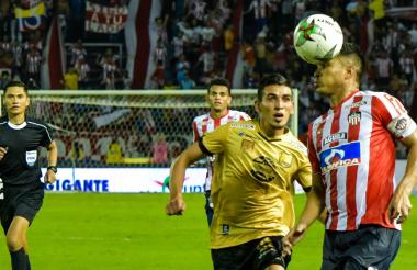 El delantero barranquillero Teófilo Gutiérrez controla el esférico ante la marca de DanielMuñoz.