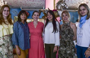 Stephanie Schutt, Natalia de Botero, Nancy Cabrera, Raquel Cervantes, Karime Ajram y Tulia Beltrán, organizadoras del evento.