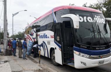 Pasajeros reclaman el equipaje tras bajarse de este bus interdepartamental en Simón Bolívar.