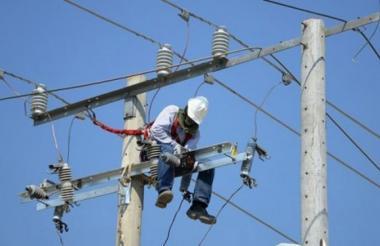 Un operario de Electricaribe realiza labores en las redes de energía eléctrica en Barranquilla.