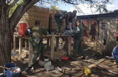Uniformados realizan operativos en centros de acopio clandestinos de gasolina.
