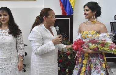 Lilia Manga entrega ramo a reina del Atlántico.