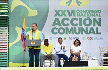 Iván Duque, presidente de Colombia, y  la Mininterior Nancy Gutiérrez (atrás) durante el XXVI Congreso Nacional de Acción Comunal, desde donde dio el anuncio.