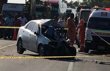 El vehículo particular quedó destrozado en su parte delantera al colisionar de frente contra el furgón.