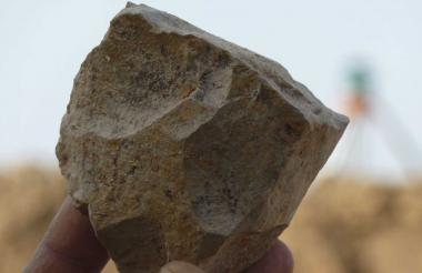 Herramienta de piedra recién excavada, en Argelia.