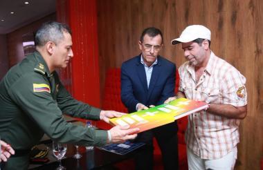 Las cifras fueron informadas tras el reconocimiento que entregó el director de la Dijin, general Jorge Luis Vargas, al alcalde Char por el compromiso de la Alcaldía de Barranquilla con la seguridad.