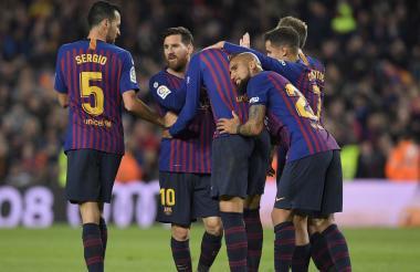 Jugadores del Barcelona festejando el gol de Piqué.