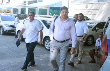 Magín Ortiga Pareja, exgerente general (izq.), en compañía de uno de sus abogados, cuando abandonaban el complejo judicial ayer en Cartagena.