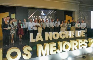 Grupo de galardonados en la Noche de los Mejores de Fenalco Atlántico.
