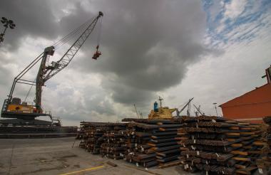 Un buque en uno de los muelles de la Sociedad Puerto de Barranquilla.