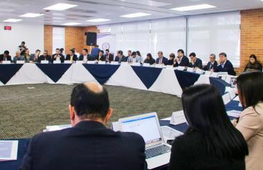 Integrantes de la mesa de negociación durante la reunión realizada en Bogotá.