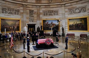 Donald Trump y Melania Trump presentan sus respetos frente al ataúd de Bush en el Capitolio.