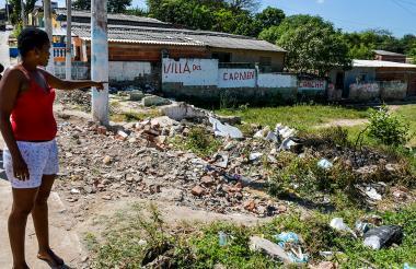 Dos residentes de La Esmeralda señalan la zona afectada por la acumulación de basuras.