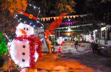 Todos los años, los vecinos de la cuadra adornan sus casas para darle brillo y color a una de las calles más decoradas con la Navidad en Los Almendros.
