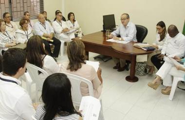 Procurador General de la Nación, Fernando Carrillo, durante la reunión con funcionarios en Sucre.