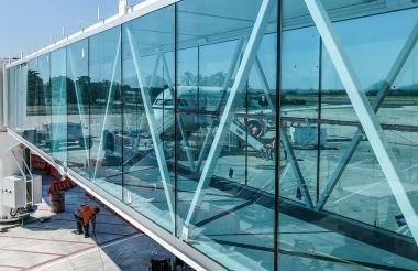 Uno de los nuevos puentes de abordaje que ya fue instalado en el muelle de vuelos nacionales del Cortissoz.
