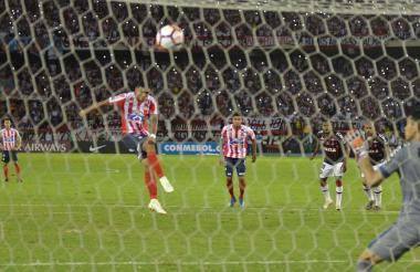 El defensor cartagenero Rafael Pérez estrelló en el horizontal su remate desde el punto penal al minuto 72.