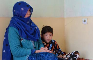 El pequeño Murtaza Ahmadi junto a su madre.