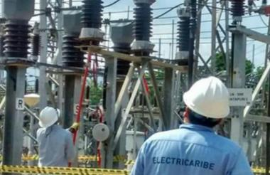 Operarios de Electricaribe realizan trabajos en una subestación eléctrica.