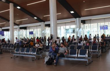 Pasajeros en el Aeropuerto Simón Bolívar de Santa Marta.