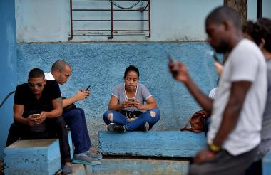 Los parques con zonas WiFi también son una opción para que los cubanos se conecten en sus dispositivos.