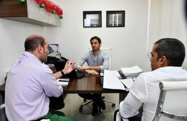 Reunión de urgencia entre el director de Asoportuaria, presidente de la junta directiva de Cormagdalena y el jefe de Asuntos Portuarios del Distrito.