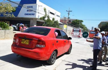 El alcalde da paso a varios vehículos y motocicletas.