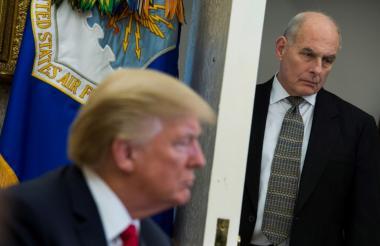 Trump en una imagen de archivo. Al fondo el secretario general de la Casa Blanca, John Kelly.