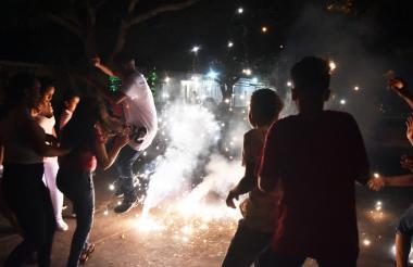 En la calle 40 con carrera 19, barrio Boyacá, un grupo de jóvenes y menores de edad juegan con volcanes.