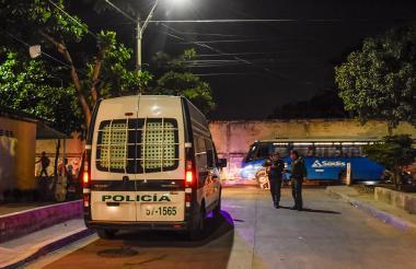 En los últimos allanamientos, la Policía halló 38 dispositivos celulares, 27 armas cortopunzantes así como estupefacientes.