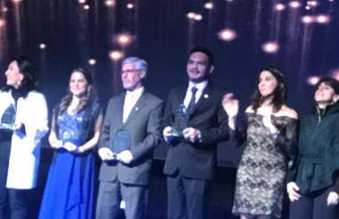 Dagoberto Barraza recibió el reconocimiento de manos de la Mineducación, María Victoria Angulo.