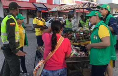 Policía y personal del Icbf durante los operativos en Riohacha.