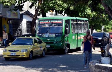 Un bus de Coolitoral que cubre la ruta Corredor Universitario sube por la carrera 26C7 con calle 75.